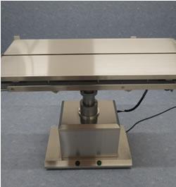 手術台: 電動で昇降可能で麻酔中の体温低下を防止するように加温もできます